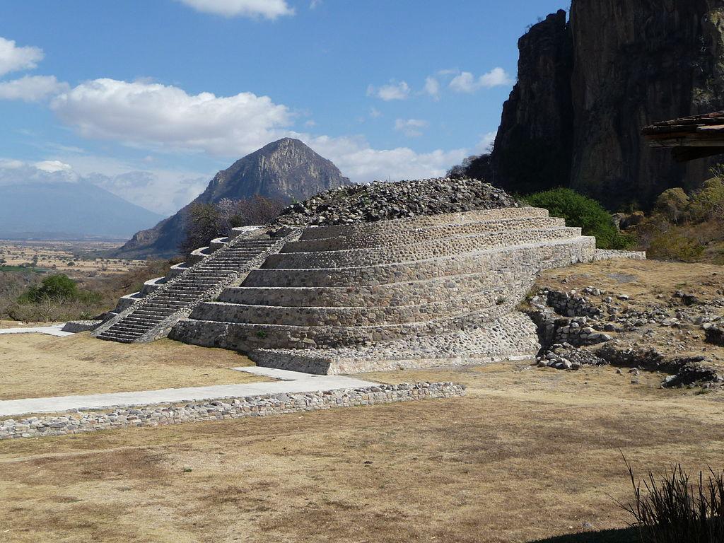 1024px-Pirámide_en_Chalcatzingo,_cerro_del_Mono_y_volcán_Popocatépetl.