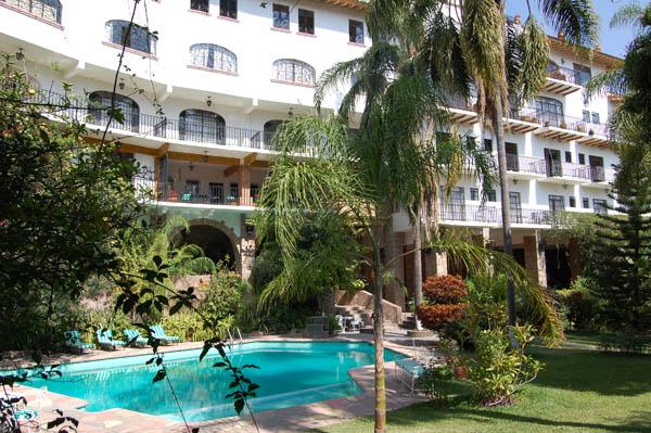 Vista-de-los-bellos-jardines-del-Hotel-Posada-San-Javier-Taxco-Gro.-MEXICO-incluyendo-la-Alberca-y-las-palmeras.